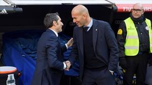 Zidane y Valverde se saludan antes del clásico liguero en diciembre en el Bernabéu,