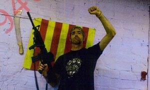 Foto incluida en el sumario de Alexis Codina, uno de los detenidos, posando con un fusil.