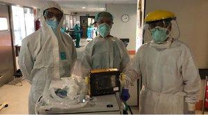 De izquierda a derecha, los doctores Ignació Díaz de Tuesta y Miguel Ángel Prieto, y el ingeniero Víctor F. Muñoz, en una prueba del ventilador sanitario Málaga Respira.