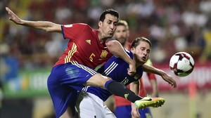 mdeluna35397928 spain s sergio busquets left duels for the ball with liech160906101305