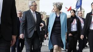El presidente de la Comisión Europea, Jean-Claude Juncker, y la primera ministra británica, Theresa May, en La Valeta (Malta).