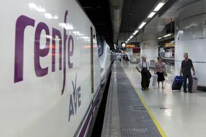 Un convoy de Renfe del AVE, en la estación de Sants de Barcelona.