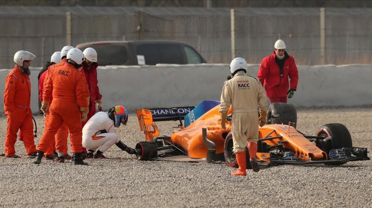 El propio Fernando Alonso quiso saber qué le había ocurrido a su rueda trasera derecha, en sus primeras vueltas en Montmeló.