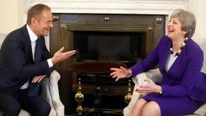 Tusk (izquierda) y May ríen durante su encuentro en el número 10 de Downing Street, en Londres, el 1 de marzo.