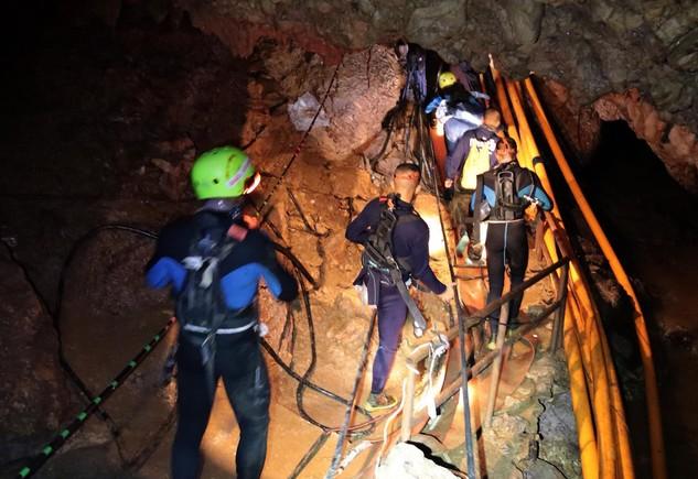 Avance de los rescatadores en el interior de la cueva de Tailandia