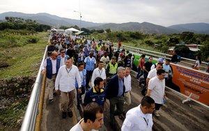 CUCUTACOLOMBIAEl alto comisionado de Naciones Unidas para los RefugiadosAcnurFilippo Grandirecorre el puente internacional Simon Bolivarpaso fronterizo entre Venezuela y Colombia.EFE Schneyder Mendoza
