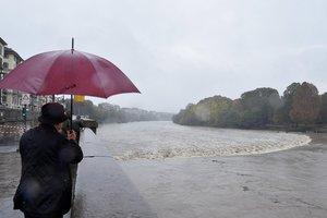 TURINITALIA- Varias personas observan la crecida del rio Po durante unas fuertes lluvias en Turin.Cerca de once regiones italianas se encuentran en estado de emergencia debido a las lluvias y tormentas de los ultimos diasEFEAlessandro Di Marco