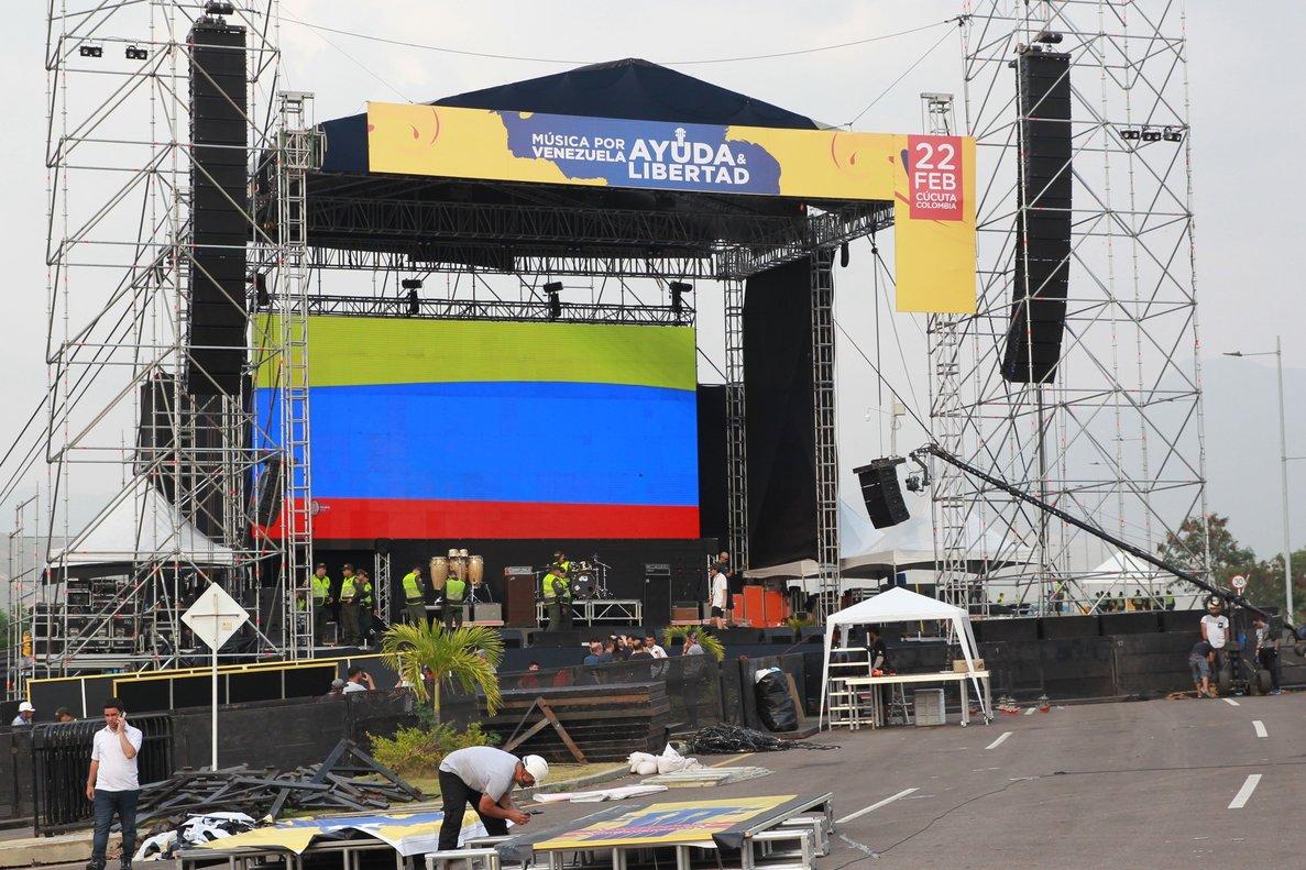 Varios hombres trabajan en el montaje de la tarima para el concierto Vanezuela Aid Live.