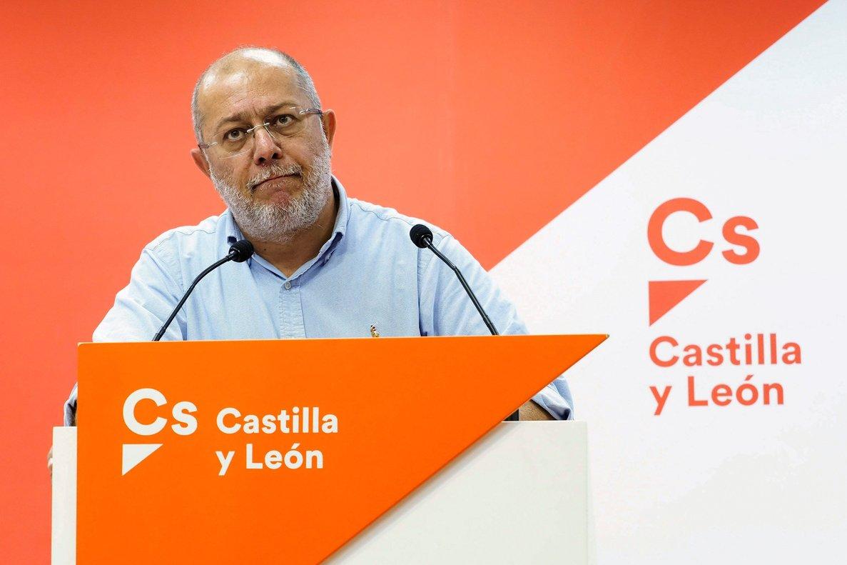 El candidato de Ciudadanos a la Presidencia de la Junta de Castilla y León, Francisco Igea, en una rueda de prensa para valorarla situación política y el estado de la negociación del Gobierno en Castilla y León.