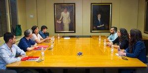 La candidata socialista a la Presidencia del Gobierno de La Rioja, Concha Andreu (tercera por la izquierda), y la diputada de UP por Podemos, Raquel Romero (segunda por la derecha), encabezan los equipos negociadores.