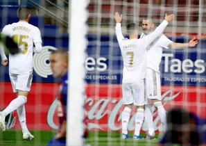 El madridista Benzema (d) celebra junto a Hazard uno de los goles ante el Eibar.