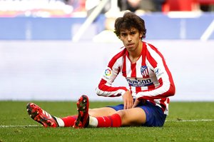 El atlético João Félix se lamenta tras una ocasión fallada ante el Sevilla.