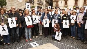 Un grupo de profesores recuerda a Abel Martínez en la plaza de Sant Jaume, este miércoles.