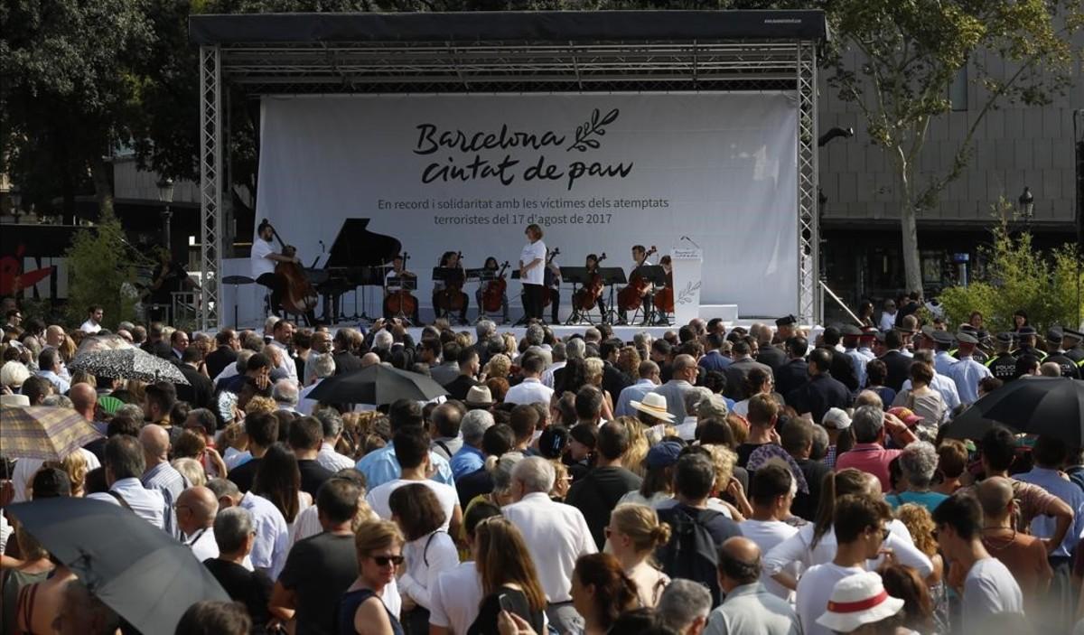Acto de homenaje a las víctimas del 17A en plaza de Catalunya.