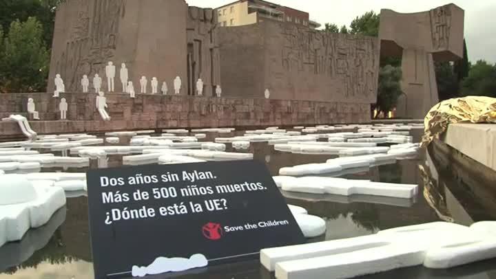 Acto de Save the Children en la plaza Colon de Madrid con motivo del segundo aniversario de la muerte del niño refugiado Aylan.