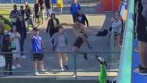 El aficionado del CD Calero salta la valla en busca del árbitro.