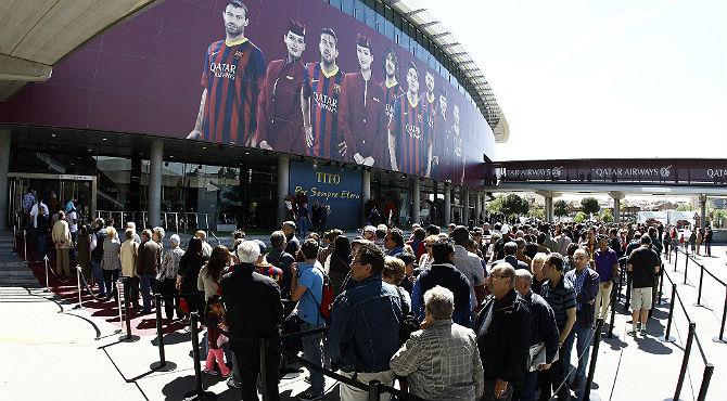 Aficionados del mundo del fúbtol se han acercado hasta el Camp Nou para dar su último adiós a Tito.