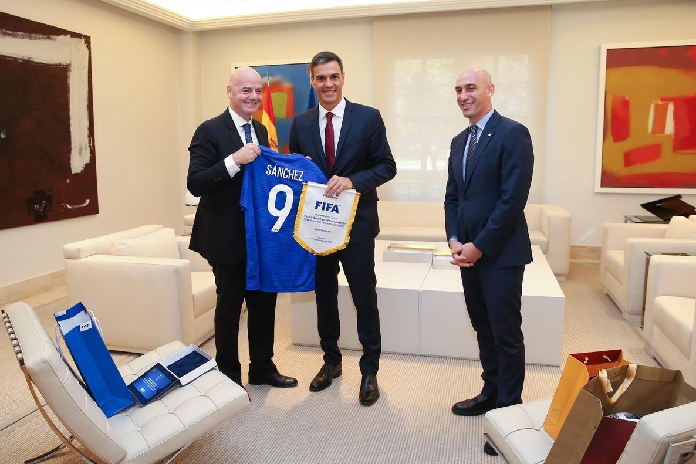 Infantino, presidente de la FIFA, le entrega una camiseta a Pedro Sánchez, junto a Luis Rubiales.
