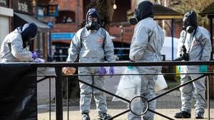 Agentes de la policía trabajan cerca del lugar donde se encontró al exespía Serguéi Skripal y a su hija Yulia tras el ataque con un agente nervioso en Salisbury (sur de Inglaterra).