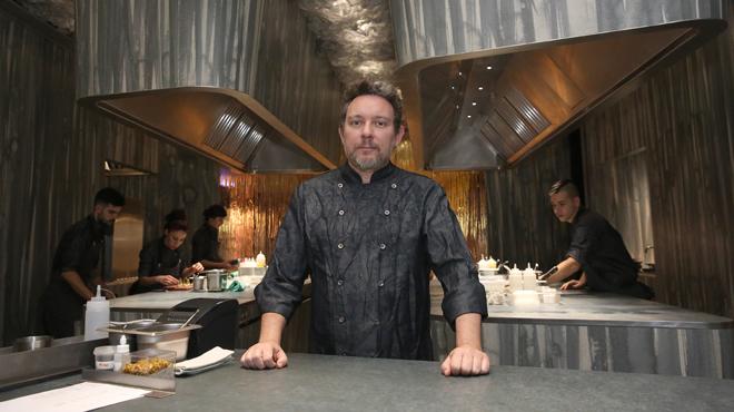 Albert Adrià hace de guía por el restaurante Enigma.