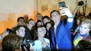 El líder de Ciudadanos, Albert Rivera, se hace un 'selfie' con simpatizantes en Albacete