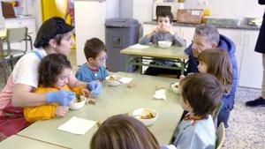 Alberto Chicote en un comedor escolar durante la grabación de ¿Te lo vas a comer?.