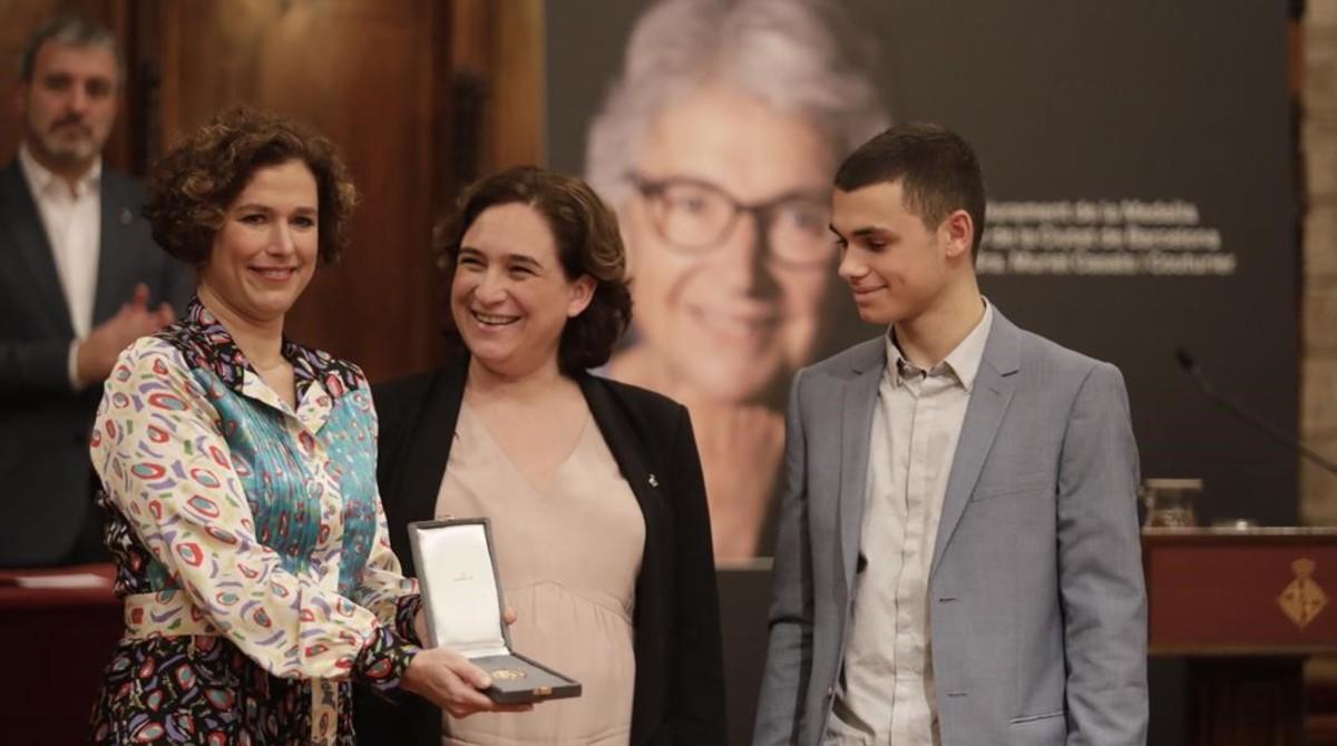 La alcaldesa de Barcelona, Ada Colau, entrega la Medalla dOr de la Ciutat a la hija y el nieto de Muriel Casals.