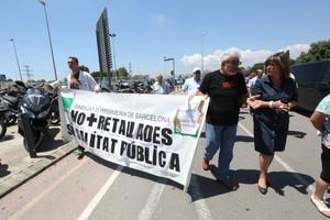 La alcaldesa de LHospitalet, Núria Marín, durante la concentración de trabajadores y usuarios en el Hospital de Bellvitge, este miércoles.