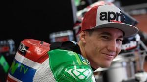 Aleix Espargaró, sonrie después de renovar por Aprilia dos años más.