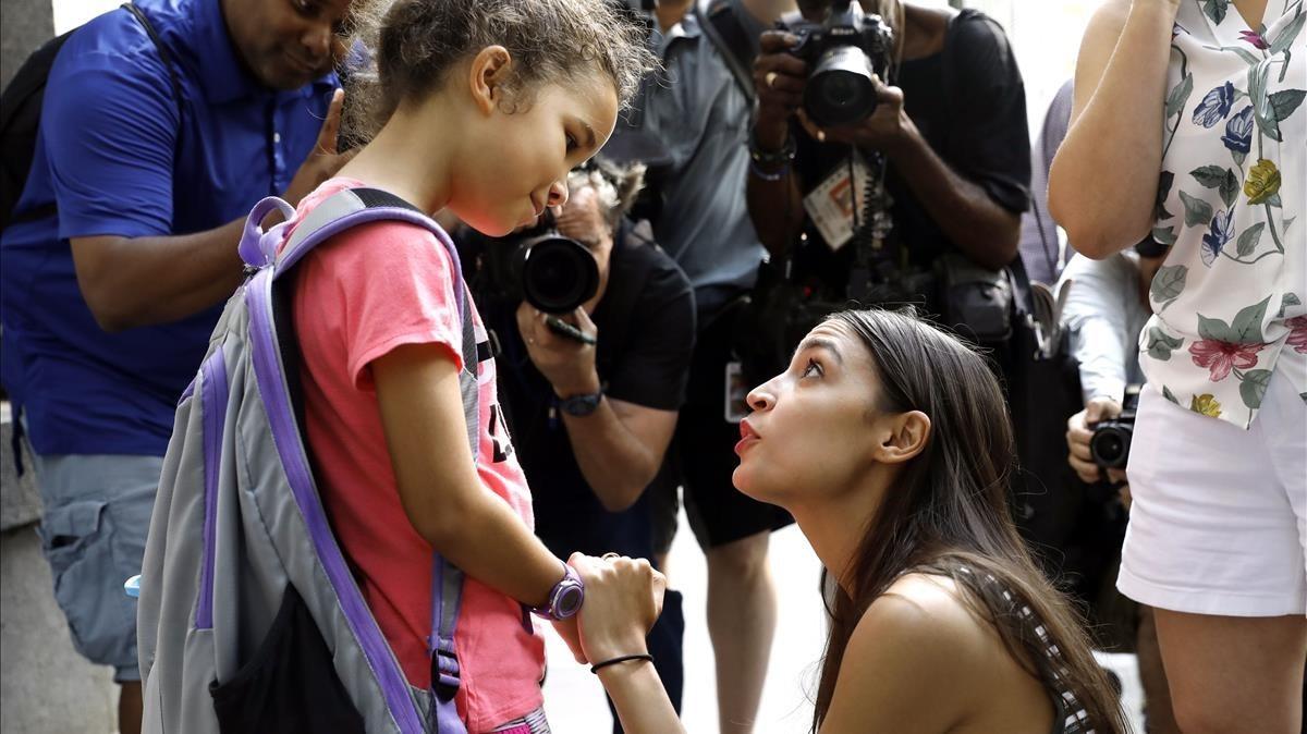 La nominada al Congreso de la ciudad de Nueva York, Alexandria Ocasio-Cortez,habla con Camilla Persley, de 7 años, el pasado jueves tras ofrecer una rueda de prensa.