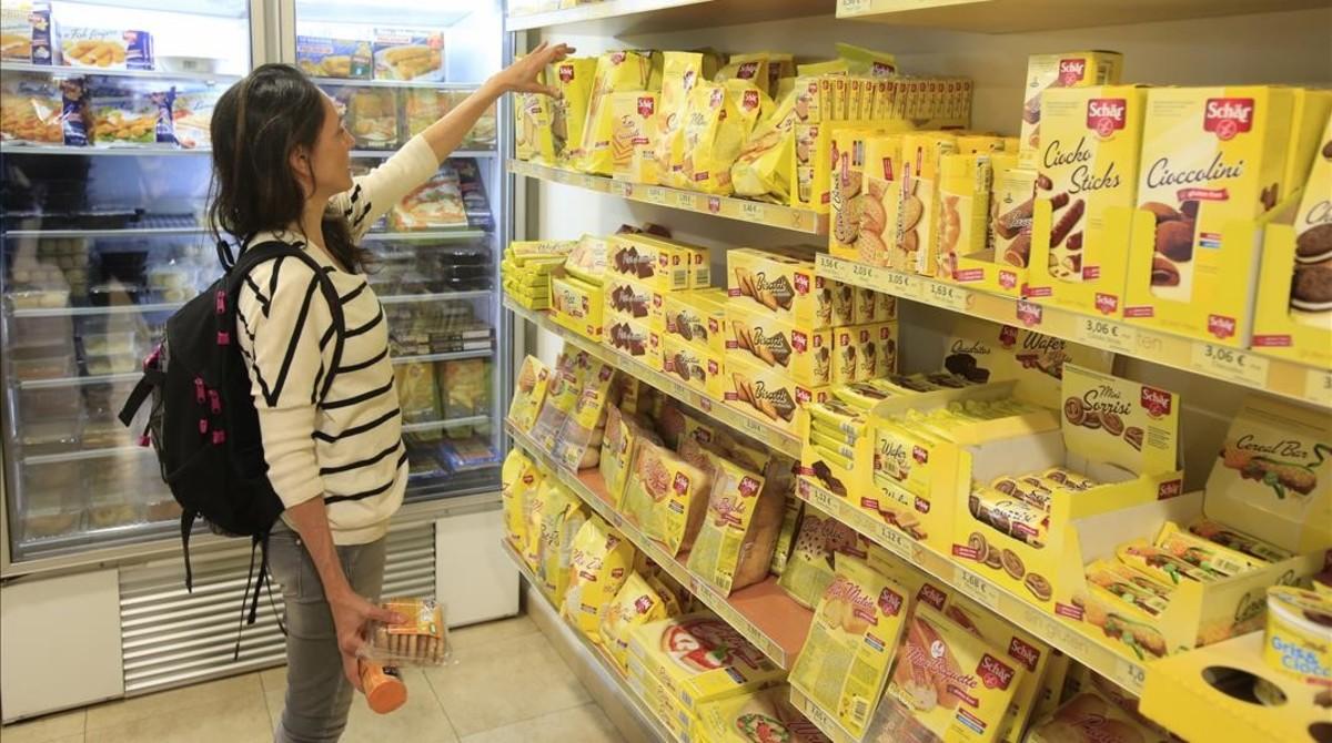 Alimentos para celiacos en una tienda de dietética.