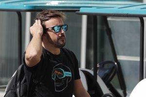 Fernando Alonso pasea en Abu Dhabi.