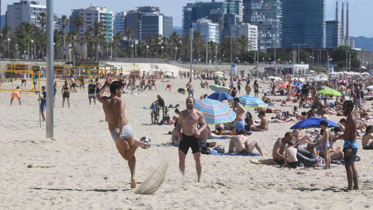 Ambiente en la playa del Bogatell, en Barcelona, en la mañana del sábado 13 de junio.