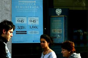 Anuncio de hipotecas en una sucursal de Barclays Bank.