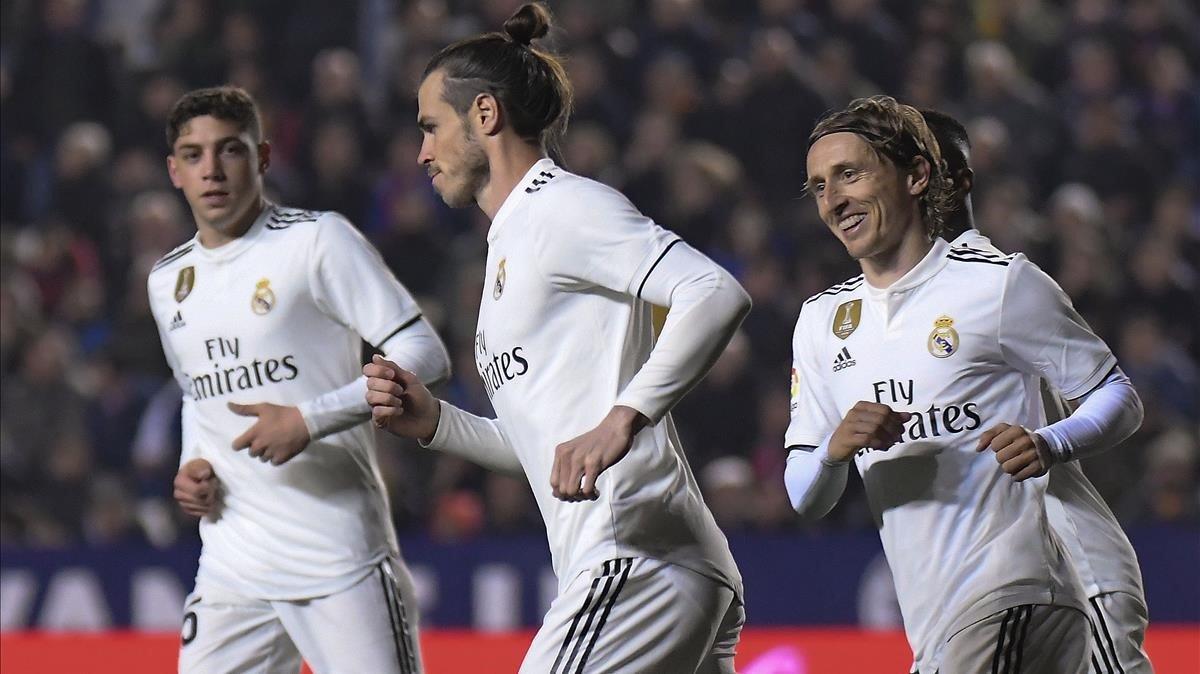 Bale no quiere recibir las felicitaciones de sus compañeros tras marcar el 1-2 de penalti.