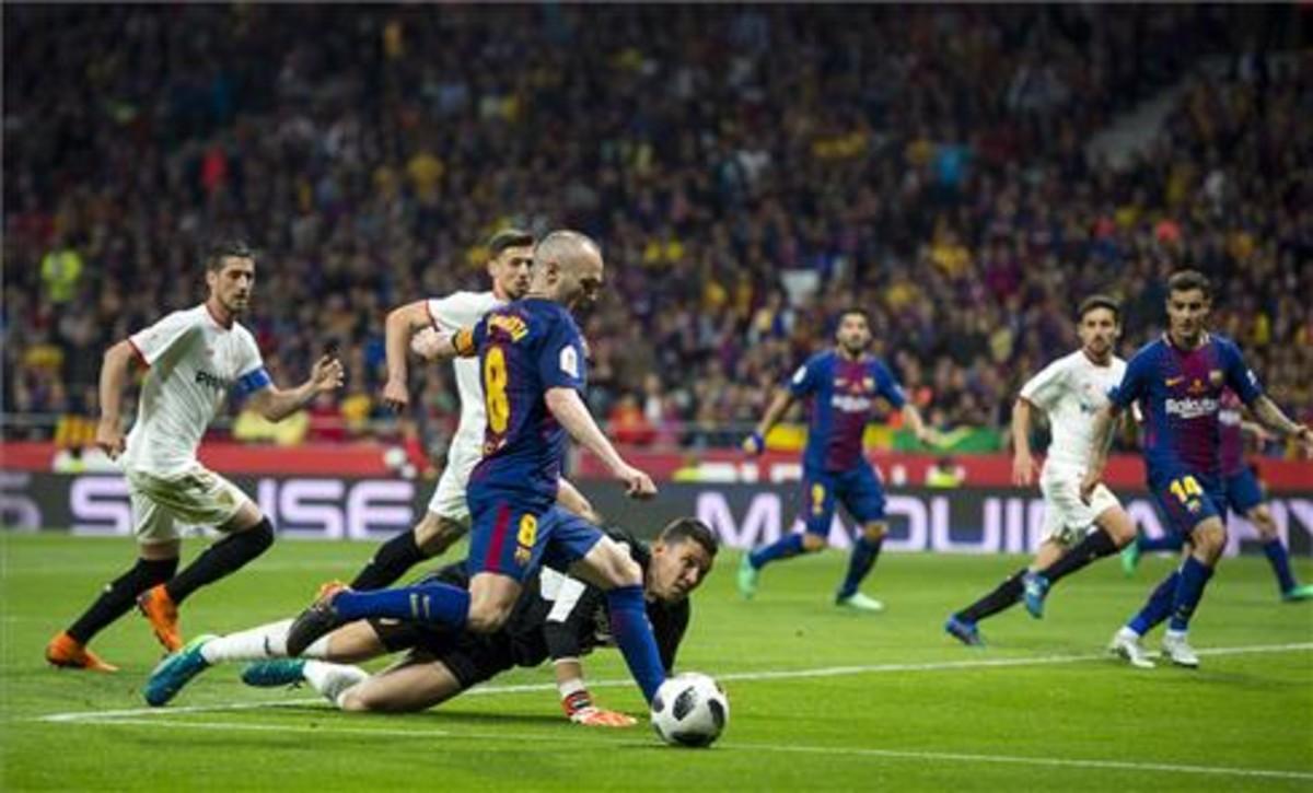 Iniesta en una acción de la pasada final de Copa celebrado en el Wanda Metropolitano entre el Barcelona y el Sevilla