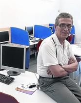 INFORMÁTICO. Antonio, en la sala donde ayuda a otros usuarios de Assís.