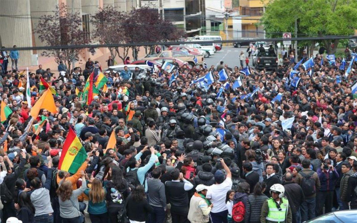 Morales es declara guanyador de les eleccions en la primera volta i l'oposició ho desconeix