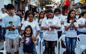 Familiares y amigos de los nueve jóvenes que murieron pisoteados durante una fiesta en Brasil.