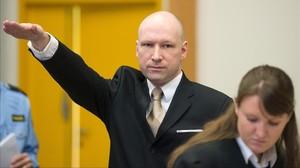 Breivik hace el saludo nazi a su llegada al juicio, en la prisión de Skien, el 15 de marzo.