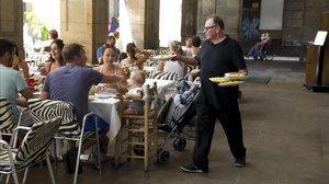 Un camarero en la plaza Reial de Barcelona.