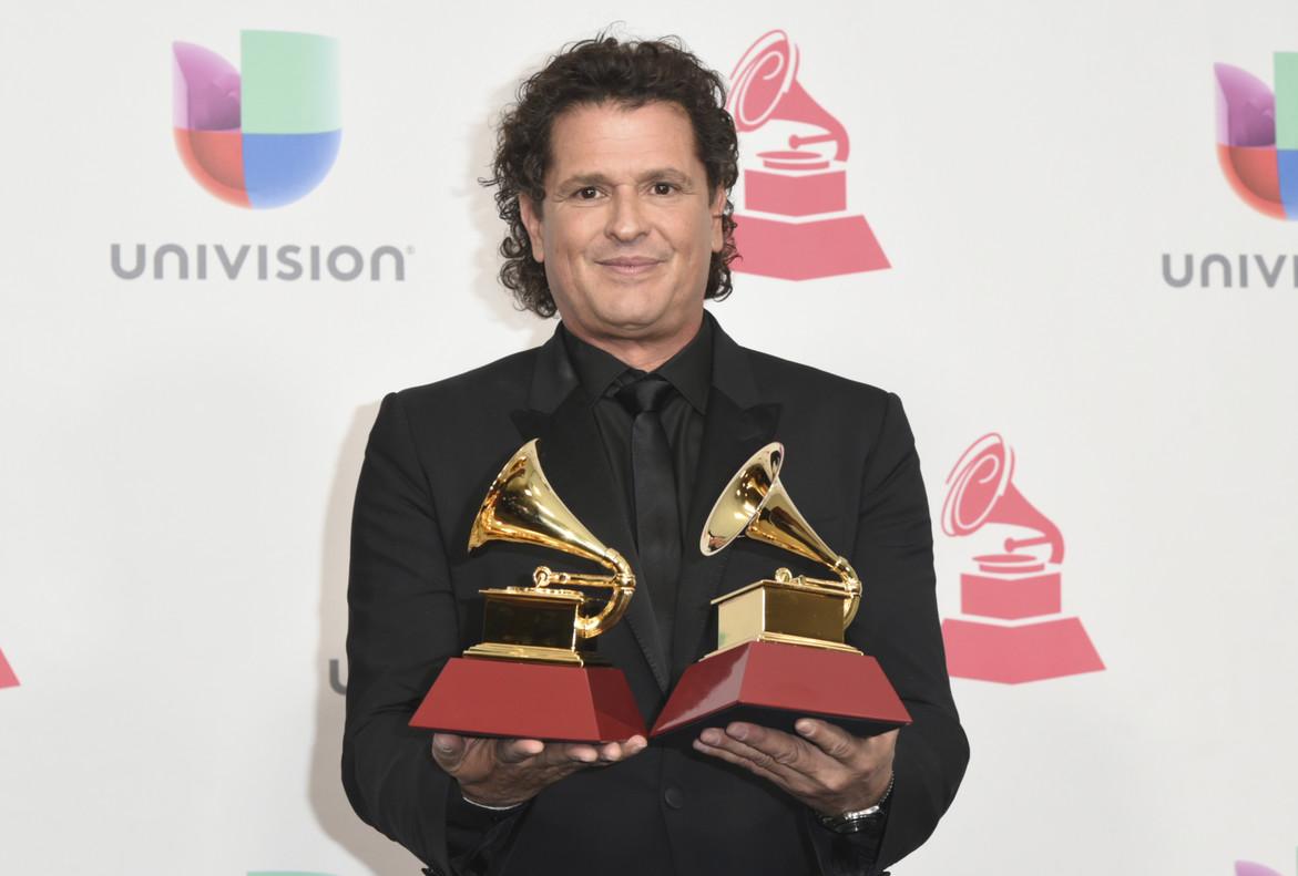 Carlos Vives posa con los dos grammy que él y Shakira han ganado por La bicicleta.