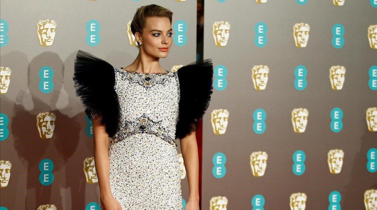 Margot Robbie posa en la alfombra roja de los Premios Bafta.