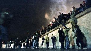 Ciudadanos de la Alemania del Este trepan al Muro el 10 de noviembre de 1989