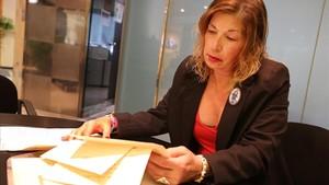 Carme Pitarch repasa los documentos de su vida laboral, el martes en Barcelona.