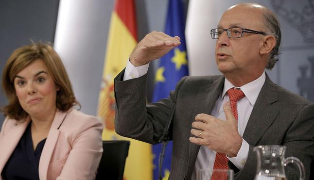 Cristóbal Montoro, junto a la vicepresidenta Soraya Sáenz de Santamaría, durante la rueda de prensa posterior al Consejo de Ministros, ayer.