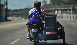 La bandera estadounidense forma parte de la indumentaria habitual de muchos cubanos en La Habana y otras ciudades de la isla.