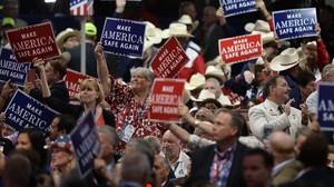 Delegados republicanos agitan carteles en el primer día de la convención, el 18 de julio, en el Quicken Loans Arena de Cleveland.