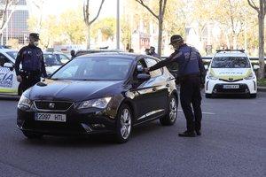 Agentes de la Policía Local realizan un control en la madrileña plaza de Castilla, el pasado viernes.