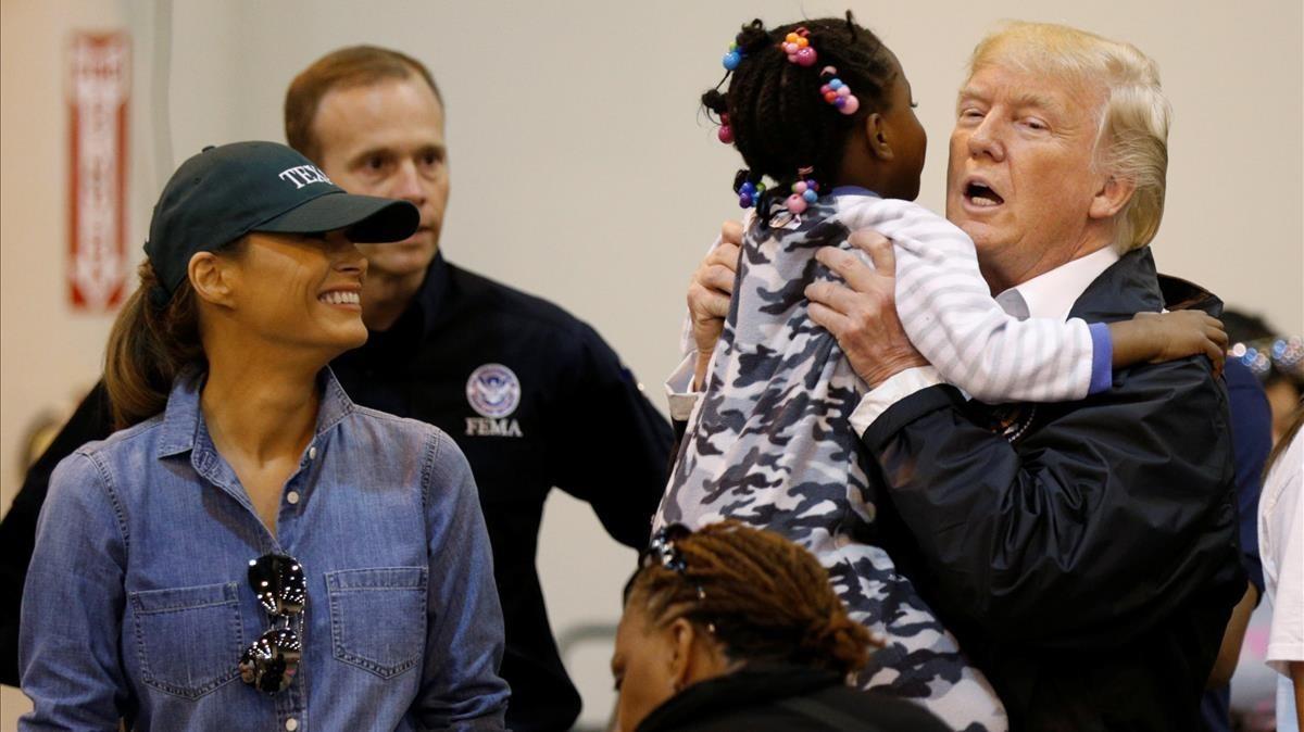 Donald y Melania Trump, con afectados por el 'Harvey', en Houston.